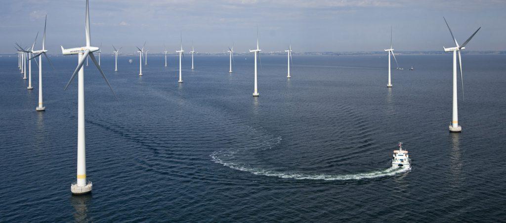 Der schwedische Offshore-Windpark Lillgrund im Öresund zwischen Malmö und Kopenhagen. Siemens hat im Projekt Lillgrund 48 Windenergieanlagen des Typs SWT-2.3-93 mit einer Leistung von jeweils 2,3 Megawatt (MW) installiert. Der Windpark mit einer installierten Gesamtleistung von 110 Megawatt (MW) wird vom schwedischen Energieversorger Vattenfall betrieben und wurde im Juni 2008 offiziell in Betrieb genommen. Der Offshore-Windpark Lillgrund produziert genug Strom, um 60.000 schwedische Haushalte zu versorgen. The Swedish offshore wind farm Lillgrund in the Øresund between Malmö and Copenhagen. For the Lillgrund project Siemens installed 48 SWT-2.3-93 wind power systems each rated at 2.3 megawatts (MW). The wind farm with a total installed capacity of 110 MW is operated by the Swedish utility Vattenfall and officially came on line in June 2008. The Lillgrund offshore wind farm produces enough electrcity to supply 60,000 Swedish households.