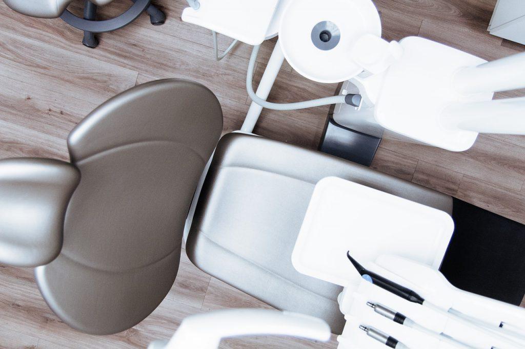 Las matrices dentales se acompañan de algunos elementos auxiliares que forman parte del material de restauración dental