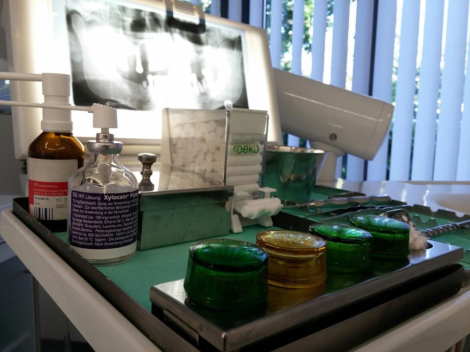Los esponjeros se emplean, entre otras cosas, para tranferir instrumental entre odotólogo y asistente.